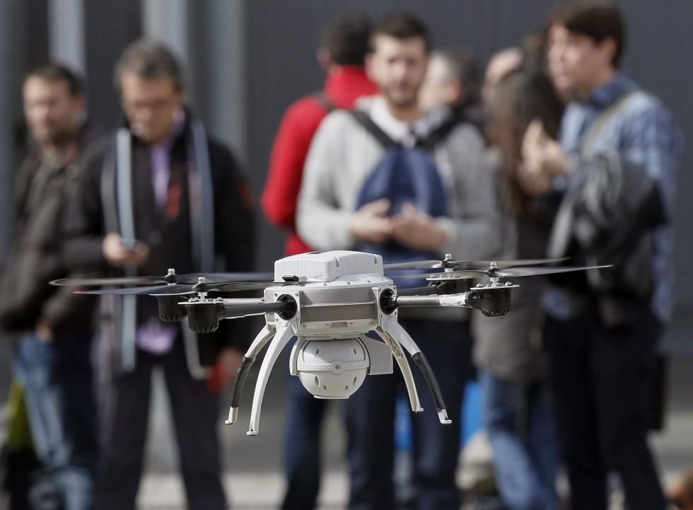 """GRA186 MADRID, 26/02/2014.- Demostración de drones en el marco del Salón Internacional de la Seguridad (Sicur) que tiene lugar en Madrid. Agricultura de precisión y control de vertidos son algunos de los usos previstos para estos dispositivos que se están comercializando en España: un """"mercado emergente"""" según Siemens, que vende artefactos de este tipo por unos 60.000 euros. EFE/Paco Campos"""
